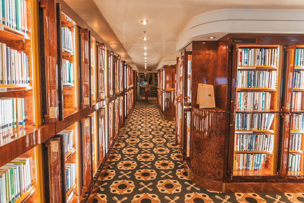 The library onboard the QM2 // Transatlantic Cruising on the Cunard Queen Mary 2 #readysetjetset