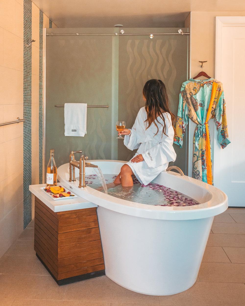 Soaking tub at Westin Nanea // The Quick Guide to Visiting Maui, Hawaii #readysetjetset #hawaii #maui