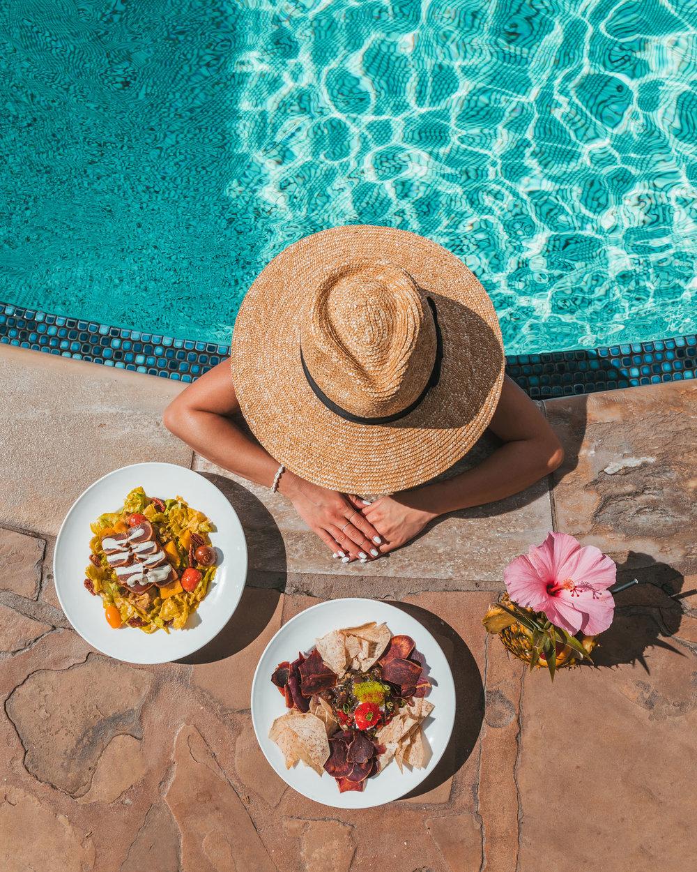 Poolside lunch at Hyatt Regency Maui  // The Quick Guide to Visiting Maui, Hawaii #readysetjetset #hawaii #maui