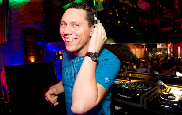 02 DJ Tiesto takes a moment to enjoy the scene.jpg