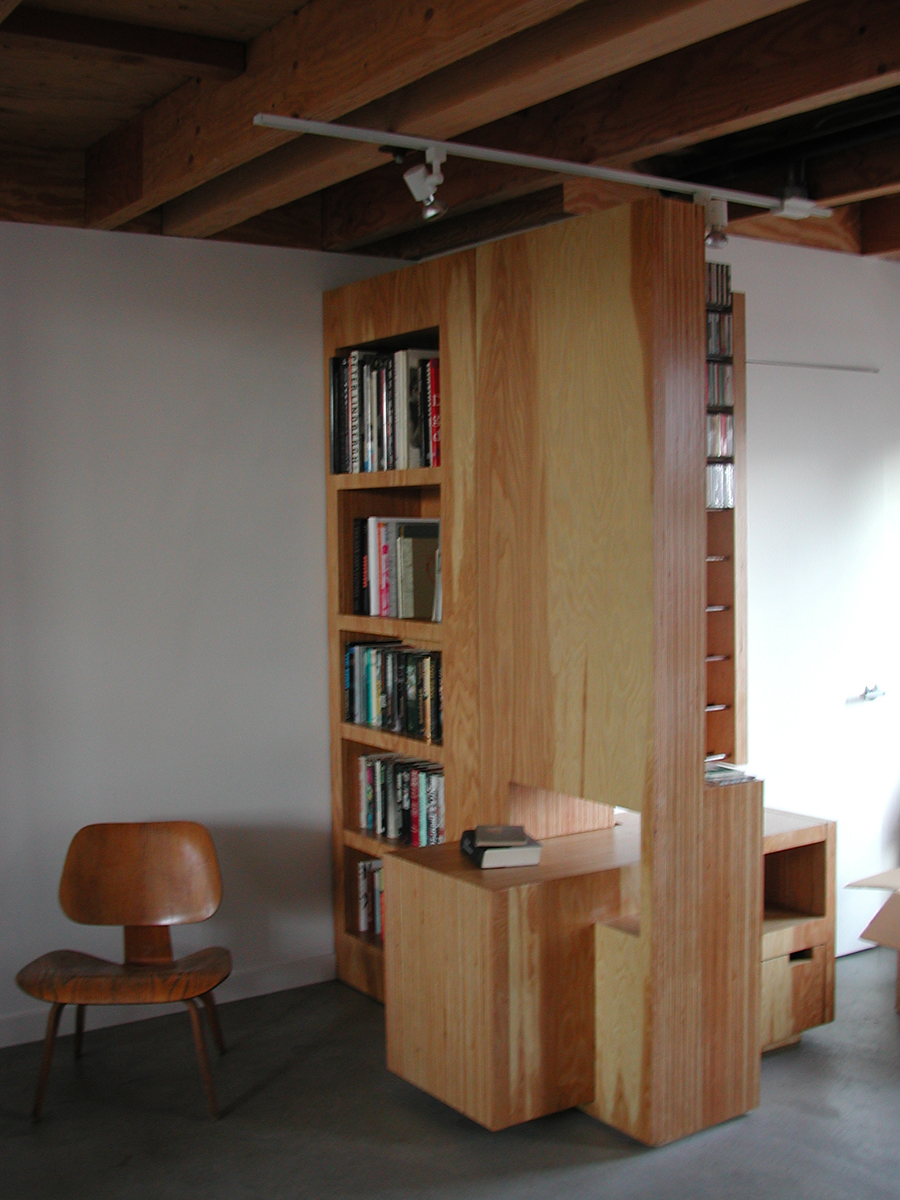 Strongly continuing the plywood endgrain motif, the books are presented to a visitor not yet entering the office.