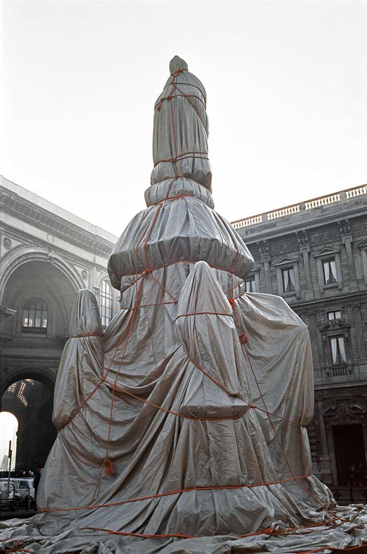 Wrapped Monument to Leonardo da Vinci, Piazza della Scala, Milan, Italy, 1970