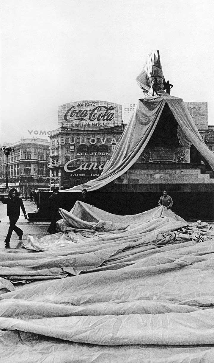 Christo (right), gallery owner Guido Le Noci (center) and art critic Pierre Restany (left) during the construction of Wrapped Monument to Vittorio Emanuele II