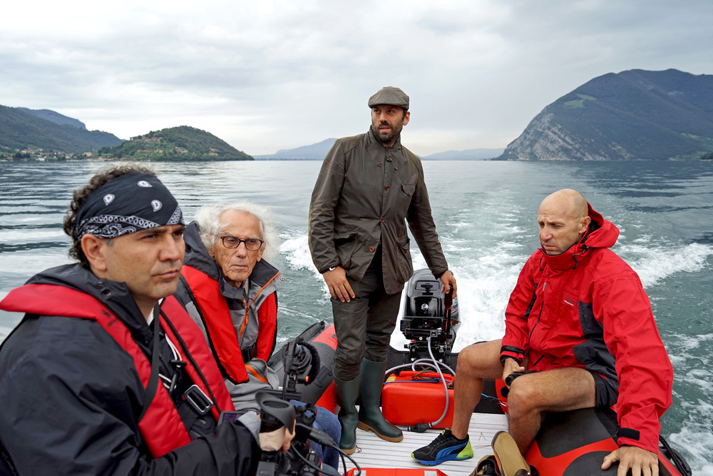Christo (2nd from left), Director of Construction Rossen Jeliaskov (right), filmmaker Antonio Ferrera (left) and Vladimir Yavachev on Lake Iseo, September 2014