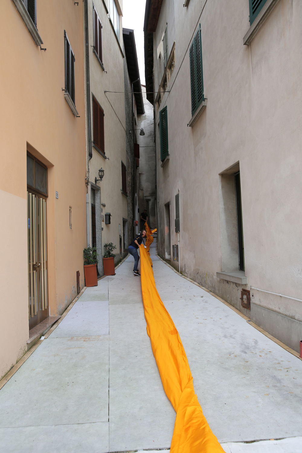 From the evening of June 15 to the evening of June 17, teams unfurl 100,000 square meters of shimmering dahlia-yellow fabric on the piers and pedestrian streets in Sulzano and Peschiera Maraglio