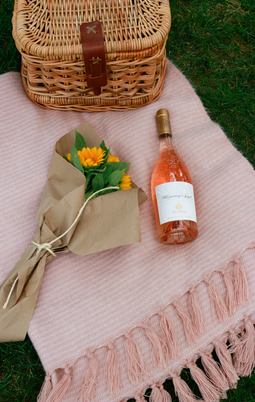 how to host a parisian picnic via everyday parisian