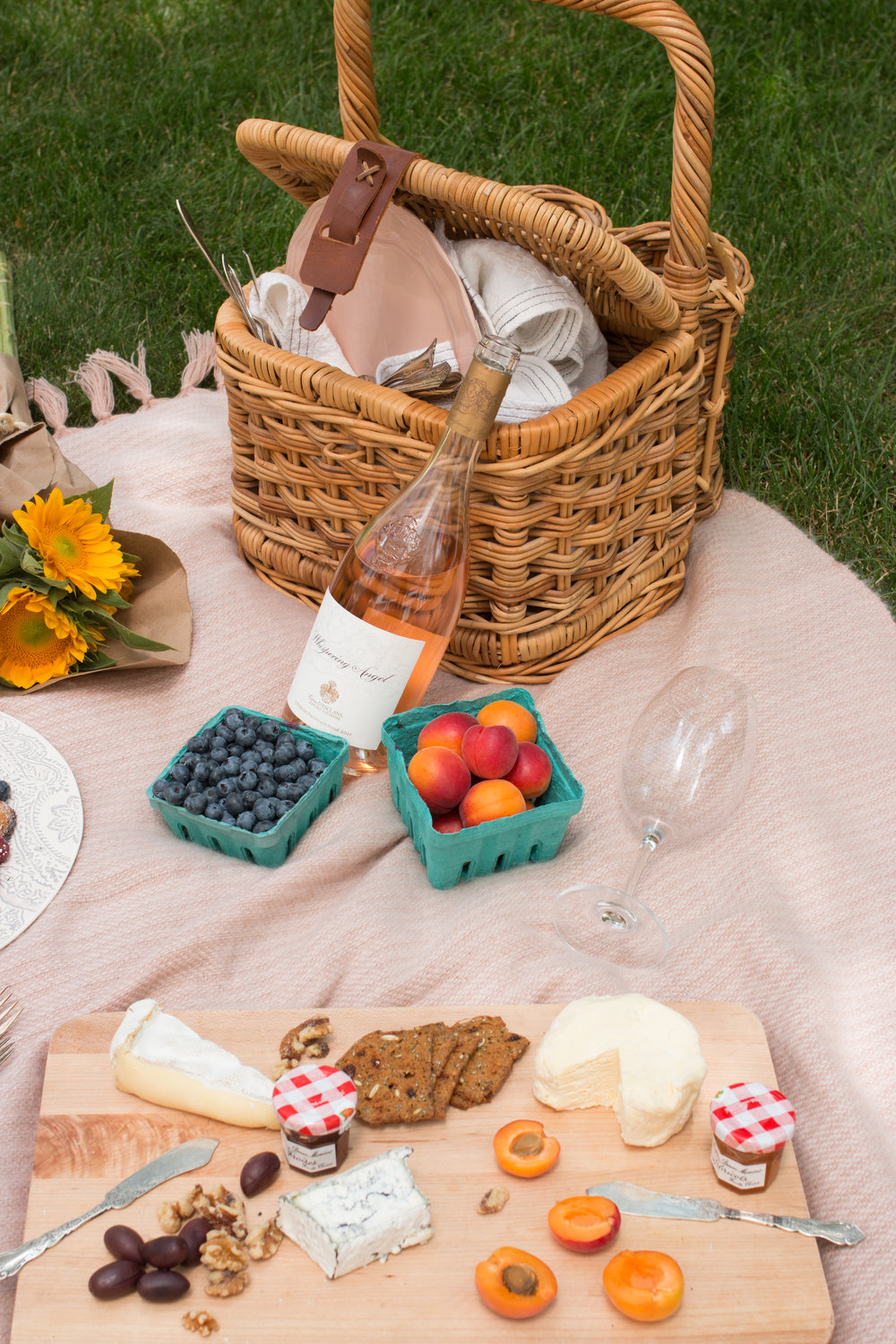 how to host a parisian picnic