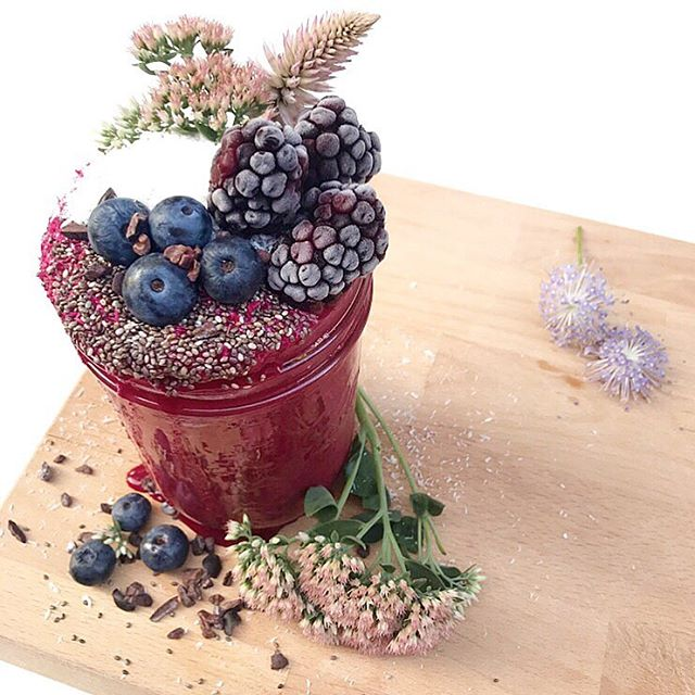 Brightening up this Sunday evening with a beet smoothie. Perfect way to finish off a week of no processed sugar 🙌 Blend together: --  1 beet --  handful frozen cauliflower --  frozen banana --  coconut milk --  dash of cinnamon  Topped with: --  chia seeds --  blackberries --  blueberries --  unsweetened shredded coconut --  cacao nibs --  flowers for fun 💕 #sweetwithoutsugar ----------------------------------------------------