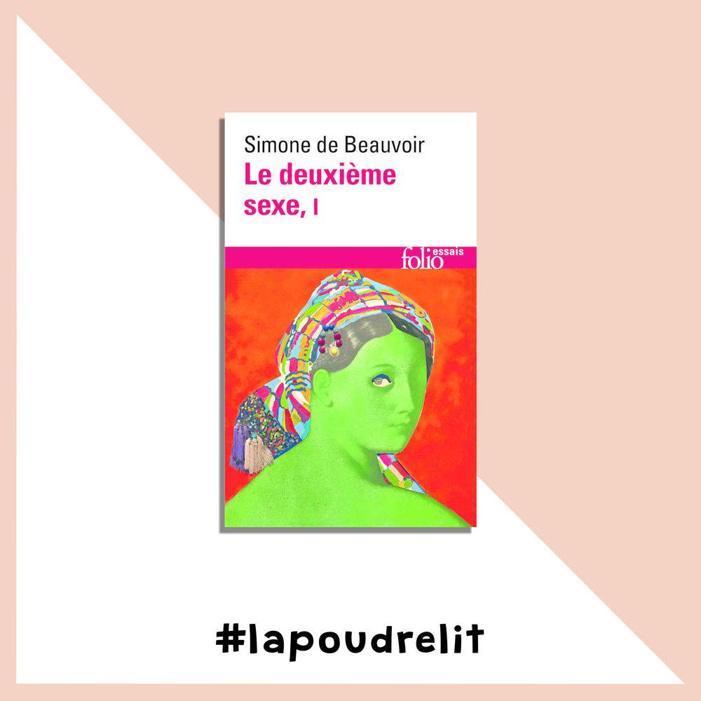 Le deuxième sexe         Simone de Beauvoir On ne présente plus «Le Deuxième sexe »de Simone de Beauvoir, essai existentialiste et féministe qui exclut tout déterminisme chez l'être humain, et plus particulièrement la femme.C'est bien évidemment cet ouvrage qui est à l'origine d'une question culte de La Poudre : «Vous êtes devenue femme, ou vous l'êtes de naissance ?». Je veux l'acheter sur LesLibraires.fr.