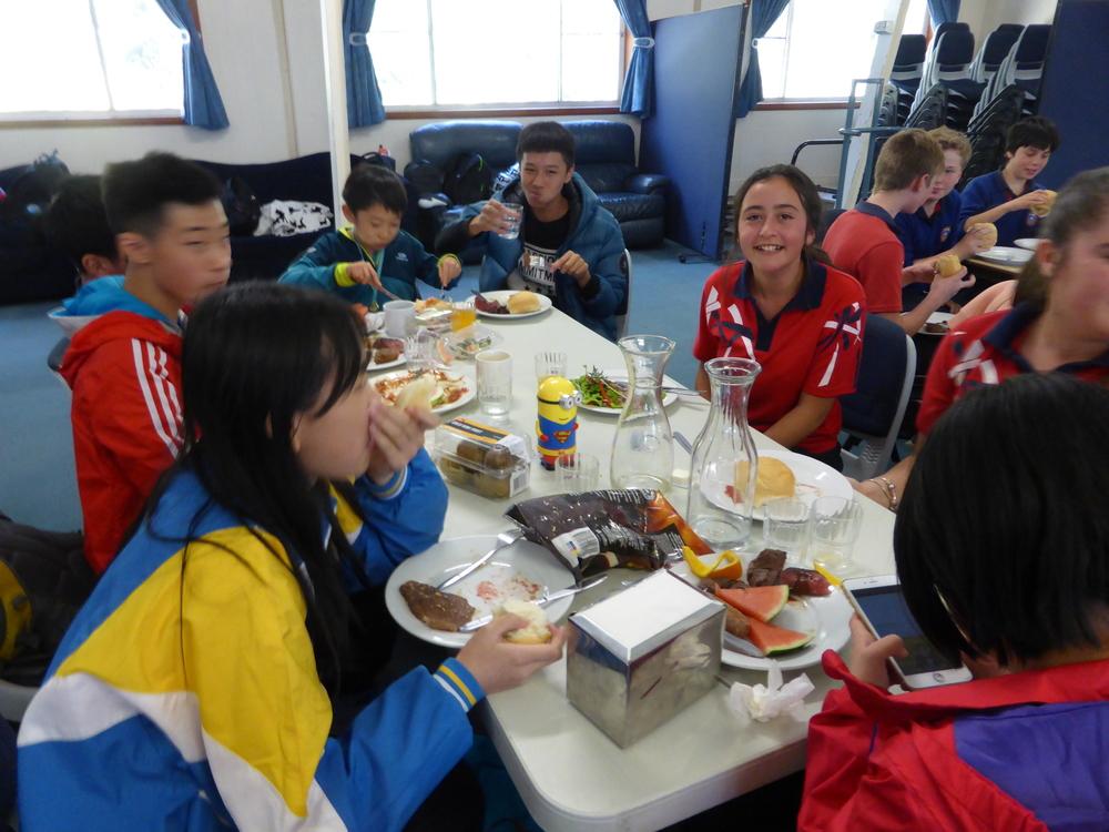 享用澳洲特色食物并和本地学生交流
