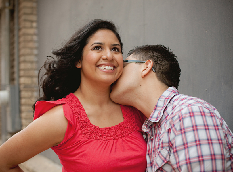 UT campus engagement session, austin engagement photographer, amorous, Latin couple