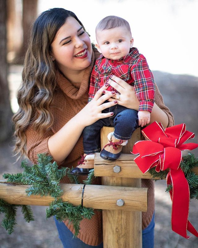 Happy Thursday ! Hit your boy up if you need some family portraits done before Christmas 🎄 .