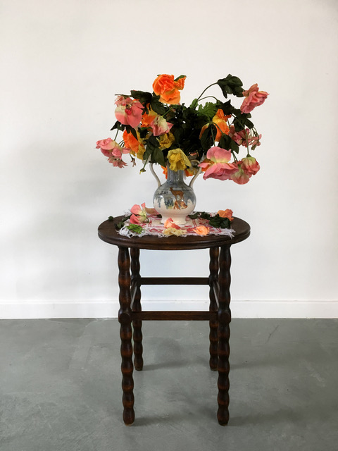 Bouquet fané, 2010 table, vase, artificial flowers, table-mat 85 x 50 cm - 33 x 19 inches