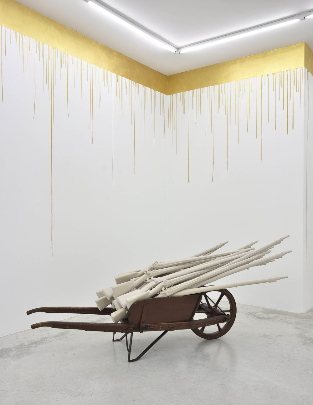 Pierre Ardouvin  Les fusils de Ménélik , 2018 wheelbarrow and castings of resin guns 47 1/4 x 37 13/32 x 74 13/16 in (120 x 95 x 190 cm)