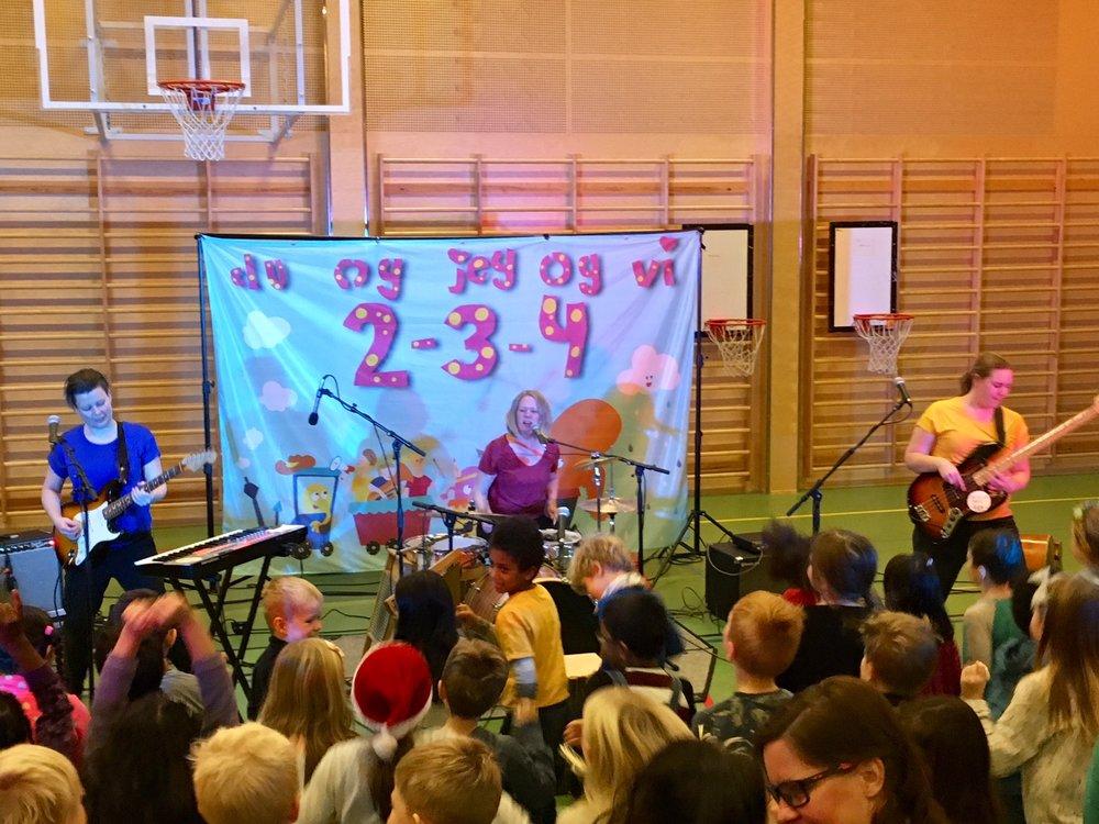 DU OG JEG OG VI 2-3-4 på turné for Den Kulturelle Skolesekken i Akershus.