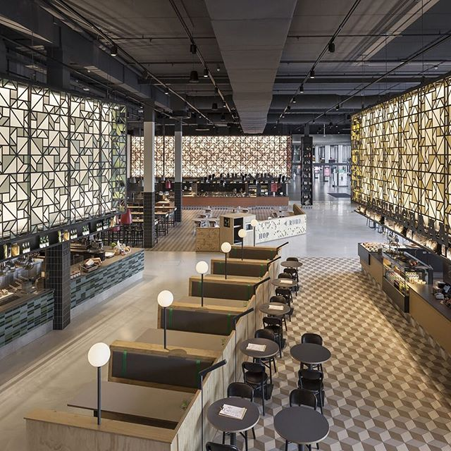 Admire the 'monumental market' feel of #UXUS' #fastcasual food court concept #Speys with a fresh brew or artisan pizza.⠀ ⠀ #Jaarbeurs #Utrechthotspot #Netherlands #foodcourt #restaurantdesign #geometricpattern #visualheritage