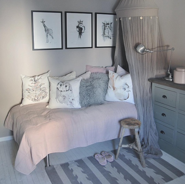 Beautiful kids' room with Elise Stalder art prints and pillows. Photo: Marianne Haga Kinder/ @inspirasjonsguidennorge