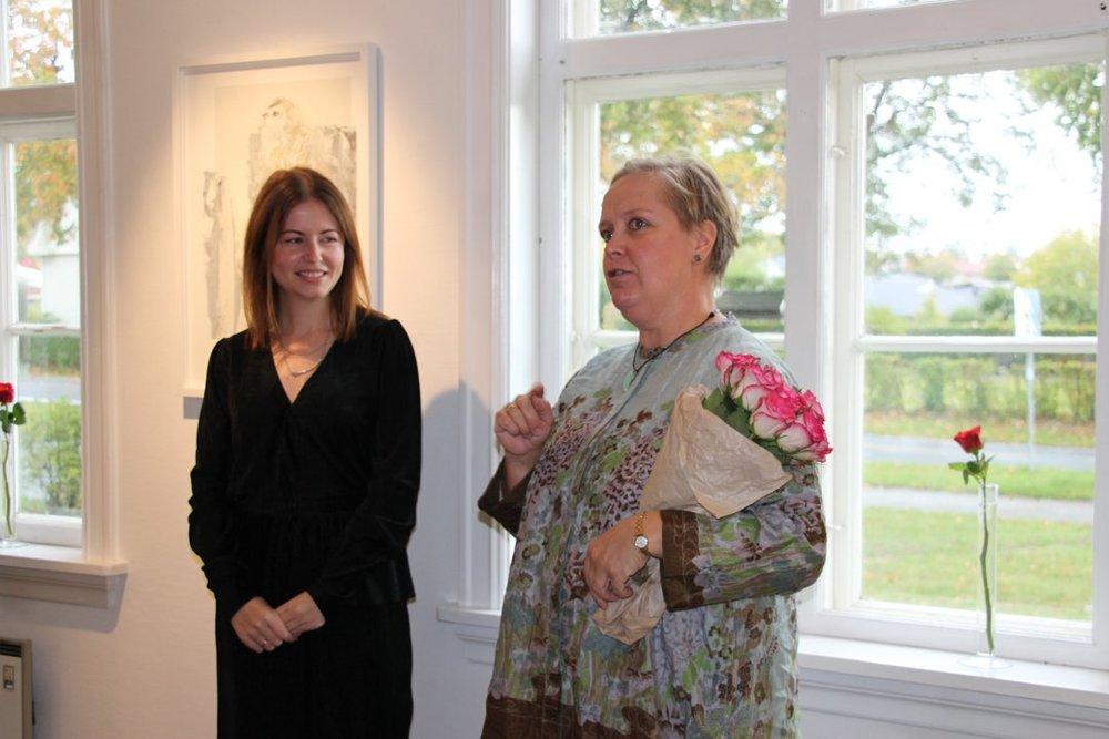 Annika Wiland Stendebakken fra Rakkestad kunstforening ønsker Elise Stalder velkommen. Foto: Elin Marie Rud