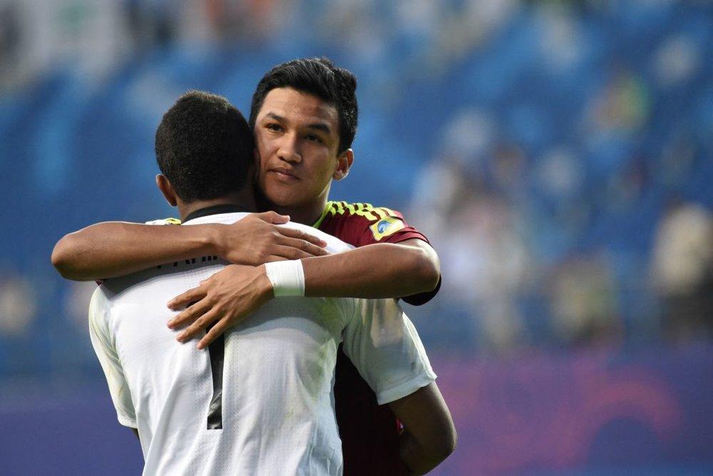 The heroes of the U20 World Cup semi-final: Samuel Sosa hugs his teammate and goalkeeper Wuilker Faríñez.