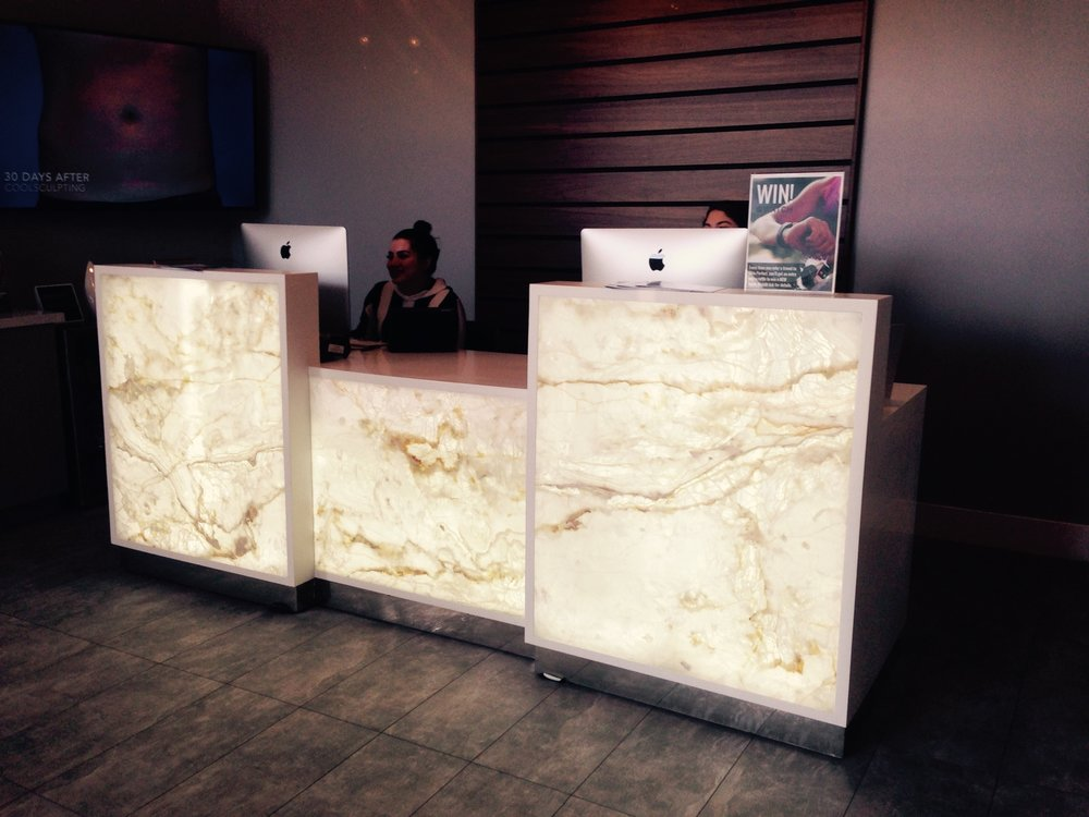 RECEPTION DESK LED WHITE FLOWER ONYX.jpg