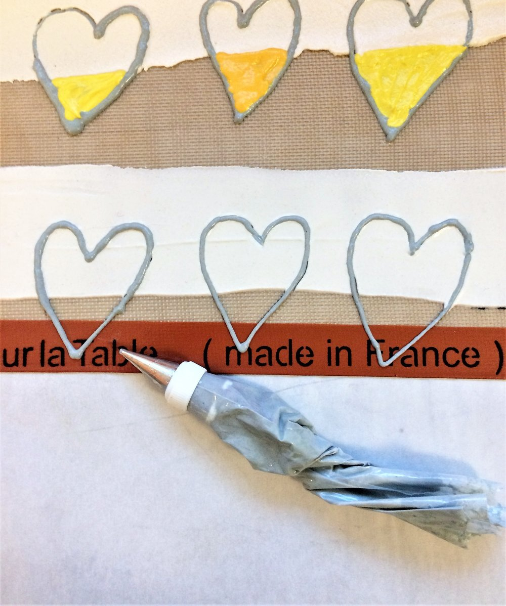 STEP 4 Outline the entire heart with a contrasting color deco paste.