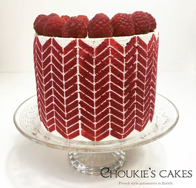 STUDENT APPRECIATION: Here's another little beauty from @#choukiescakes. We adore the design the fresh garnish and the perfectly matched raspberry colored decor paste.  That attention to detail really makes this cake next-level.  Thanks for being such a great student!! #entremetweddingcake #decorativejaconde #tutorial #DIY ❤️❤️❤️