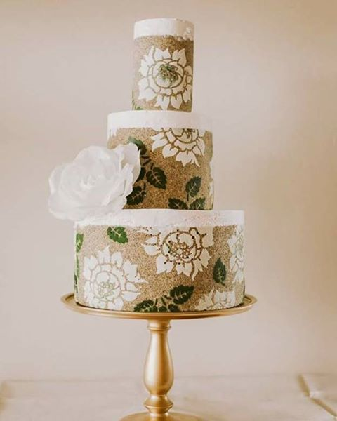 STUDENT APPRECIATION:  This Spring Stunner comes to us from Monika @monikakossweets.  We love the bold simplicity of the design, color, and big flower.  It looks great on that gold stand too!! #decorativejaconde #entremetweddingcake #DIY #tutorial #modernweddingcake