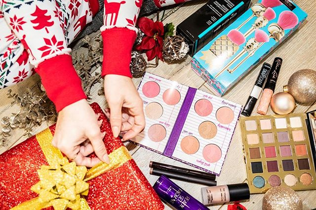 I'm giving away a hand-picked bundle of beauty products from yours truly for the 6th Day of #shenaesholidaygiveaways in partnership with my girl @angelalanter ... we each dove into our collections of unopened beauty products to put together a care package of goodies from us to you! Ho ho ho!💋 To enter (US only!): -Like this photo & the giveaway photo on Angela's feed -Follow me and @angelalanter -Tag 3 friends who'd love a bundle of our beauty faves as much as you would!  Winner will be notified in 24 hours! Good luck lovelies! 💋 To see the remaining lineup of items in #shenaesholidaygiveaways, watch 'My 2018 Faves' video on my channel! Link in bio 🖤