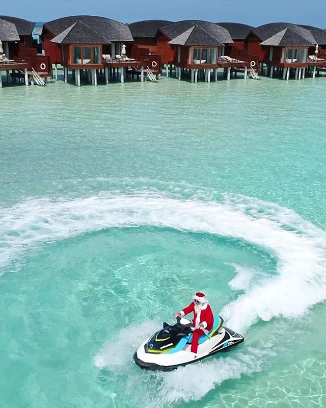 Christmas in the Maldives | Tag someone who would love this👇 .