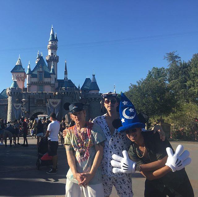 Last week at Disneyland was pretty special with// @hunter_for_the_crown & @oregannn  #friedeggsandham 🍳🍖🍳#illbeback #taking_the_mickey