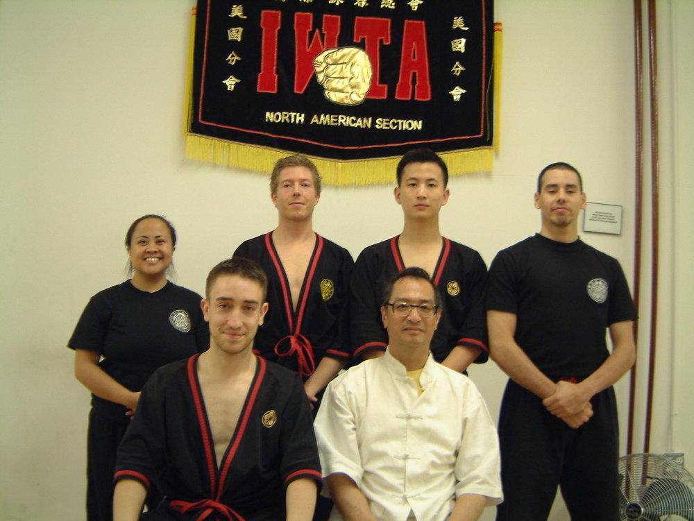 """New York City instructor Klasses 2005 oder 2006. Wer sitzt denn da neben Sifu Leung Ting? Der kommt uns bekannt vor! Das ist bestimmt der 2,5te Tag meiner """"eine Trainingswoche"""" mit ihm!"""