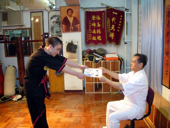 """Hier erhalte ich meinen 2. Techniker Level im April 2006 von Sifu Leung Ting nach einer Instruktor Klasse in Hong Kong. Dieses Photo war auf der Leung Ting Website zusammen mit einem Artikel geschieben von Robin, in dem meine Faehigkeiten als Lehrer gepriesen werden. Es sieht so aus als wenn meine """"eine Woche"""" Lernen von Sifu Leung Ting eine wirklich laaaaaaaaaaaaaange Woche war. Vielleicht war das Tag 3.3 haha."""