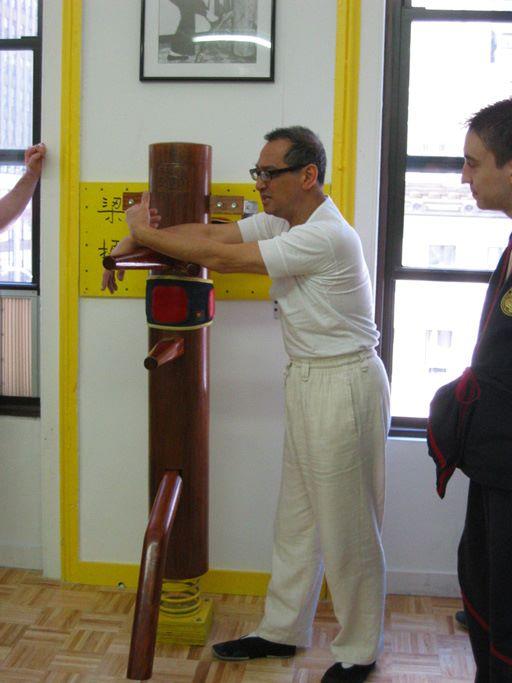 Verschwommene Einzelheiten bei Herr Leung Ting:  Um Sifu Leung Ting's Gedaechtnisschwaeche aufzuhelfen, hier sieht man ihn, wie er mich und andere Ausbilder bei einem 5-Tage Seminar in meiner Schule in 2004 unterrichtet.