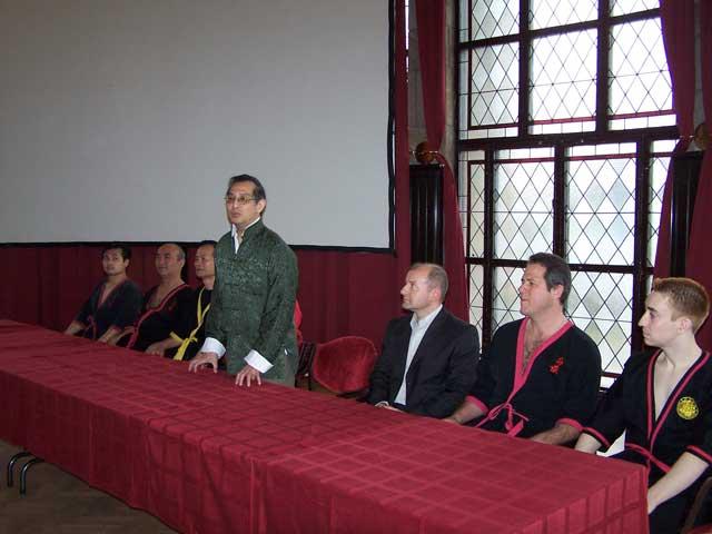 Hier bin ich in einer grossen Pressekonferenz fuer Sifu Leung Ting's Geburtstag in Ungarn, 2007. Macht Sifu Leung Ting Pressekonferenzen mit Schuelern, die nur eine Woche von ihm lernten? Klingt seltsam. Schaut euch auch mein seltsames orange-farbiges Haar an. Wegen eine verlorene Wette. Ich lass das jetzt so.