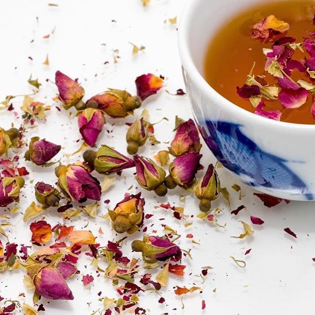 ❤ tea (Repost @tasteofteaofficial) ・・・ Drinking tea during the summer months has many benefits! 🔹It keeps your immune system strong 🔹It keeps your lungs healthy and strong! 🔹It helps you digest 🔹It helps your body cool down, even on the hottest summer days! SO DRINK UP! 🍵 #tea #rose #flowers #health #detox #rosebud #cleanse #natural #nature #kbeauty #skin #skincare