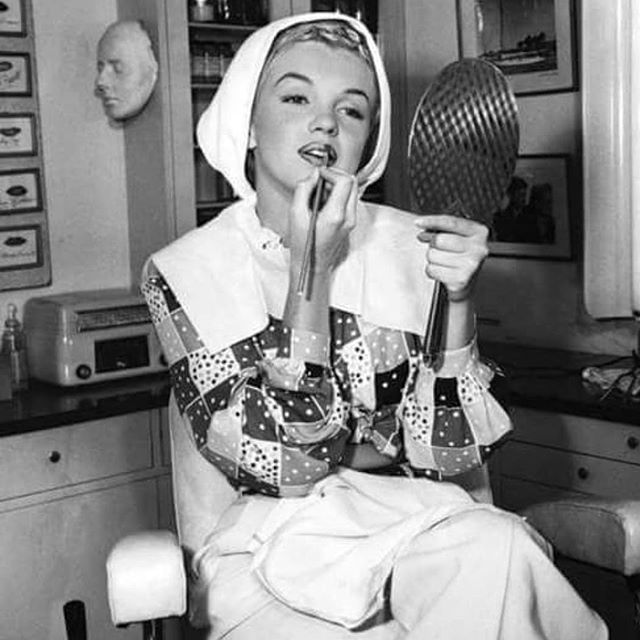 3 Marilyn Monroe Beauty Secrets Revealed! 1. She rinsed her face fifteen times after every wash. 2. She smeard olive oil over her face. 3. She used ice baths to keep her skin tight and firm. #realeyezbeauty #realeyezbeautygroup #beauty #marilynmonroe