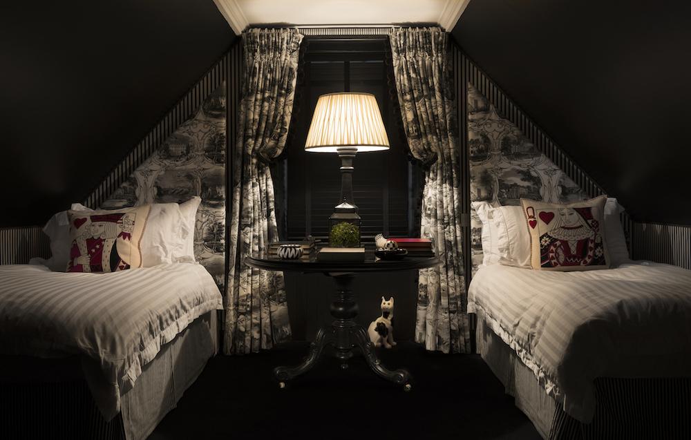 dramatic bedroom interior design