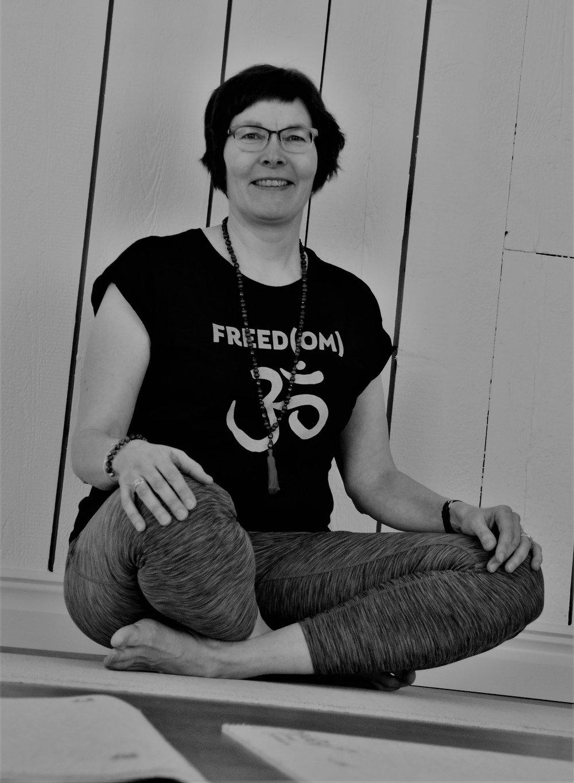 Pia Lahtinen Almqvist - Yogan fångade mig genom upplevelsen om ett inre lugn där allt jag behöver finns närvarande i stunden. Utan en längtan att vara någon annanstans, eller att vara någon annan. Att uppleva lugn och ro och känna en förnöjdsamhet över det som är, i stunden.Via yogan har jag även fått upp medvetenheten om kroppen genom att hitta en djupare kontakt med den. Min yogaresa började 2008 med Viryayogan och 2012 gick jag vidare till Hathayogan inom Friskis och Svettis där jag sedan dess lett yogapass.Efter ett tag ville jag lära mig mer och min längtan efter att få fördjupa mina kunskaper fick mig att satsa på en Viryayogalärarutbilding, 200 timmar, hos Nordiska yogainstitutet. Viryayogans fokus på biomekanik och handfasta instruktioner om hur vi jobbar med kroppen kombinerad med yogans filosofi och den tillåtande attityden där vi är välkomna precis som vi är tilltalar mig. Under hösten 2017 har jag även gått en fortbildning i Terapeutisk yoga.I yogan med sina många områden kan vi alla utvecklas i genom hela livet. Så välkommen till mattan precis som du är, just idag!Namasté/ Pia