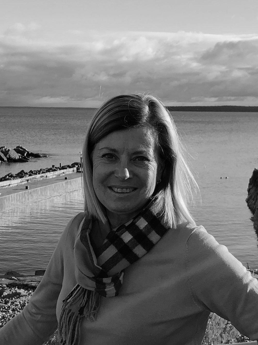 Lena Osseen-Nordberg - Jag heter Lena och finns som volontär på My sangha Känns så härligt att möta alla fina yogisar. Yogan för mig innehåller så mycket, den fysiska utmaningen kombinerat med lugnet och avslappningen. 2004 gick jag min första yogaklass och har sedan dess utövat framför allt vinyasa flow. För övrigt älskar jag hav och natur under årets alla årstider och de aktiviteter som kan utövas. Inredning, matlagning och bakning är andra stora intressen. Hoppas vi ses på My sangha shala