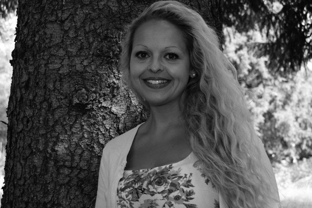 Jessica Brixeby - Yogan vävdes in i mitt liv tillsammans med några intensiva år utav fokus på vem är jag och hur vill jag fortsätta att skapa mitt liv?Grunden för mig finns inom det spirituella som jag idag känner att vi har gjort till något flum flum och jag vill verkligen avflummerisera det, för mig är kontakten med min själ & ande kontakten med min natur den enda sanna vägen för mig att leva och andlighet är i min värld endast att ha god kontakt med mig själv. För mig är det viktigaste att ha en stabil grund att stå på så att vågskålen kan tippa åt olika håll men att jag ständigt centrerar mig mot mitten, att alla känslor är tillåtna men att jag också är medveten om dem och att jag själv kan välja om jag vill betrakta dem eller om jag väljer att re-agera, ibland upplever jag det mindre lätt och det kan också vara så att jag står i vägen för mig själv, med det så menar jag att väljer rädsla instället för tillit.Min starka övertygelse är också att i kärlek, gemenskap och glädje skapar vi mirakel.Vi speglas ständigt i varandra och upplever oss själva i varandras beteenden. När jag lever min sanna natur så samarbetar allting för mig! Vi är alla unika och perfekta precis som vi är just nu! Jag är utbildad akupressör & multidimensionell terapeut med grunden inom kinesisk medicin och är precis i startgroparna att öppna eget med fokus på hälsa och ledarskap.Djur och natur ligger mig varmt om hjärtat och jag spenderar gärna tid med dem!/Jessica