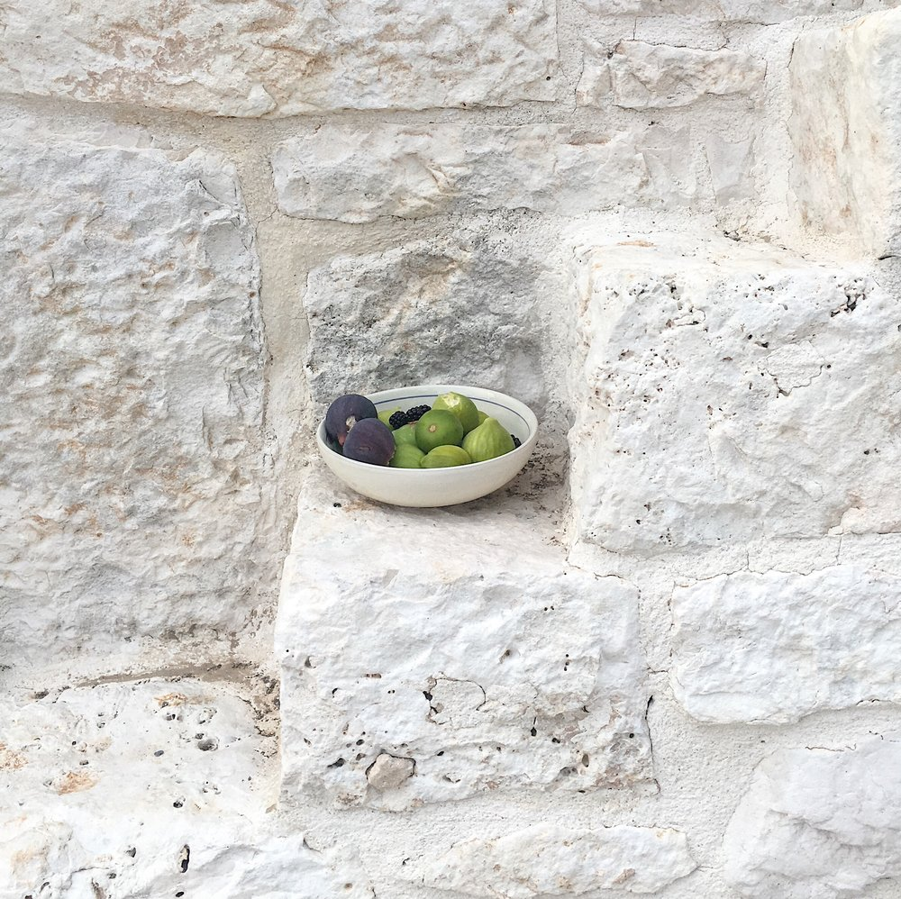Figs in Puglia, on a Trullo's steps. My painting road trip to Southern Italy with my family.