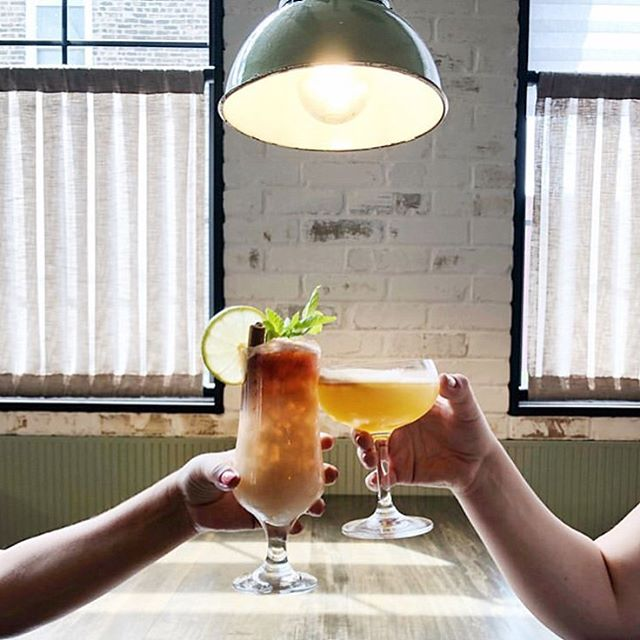Cheers to the weekend🥂@ettarestaurant sure knows how to seduce ya with a good time and our Mint Marshall pendant gives off the perfect vibe😍 Interior design: @studiokcreative