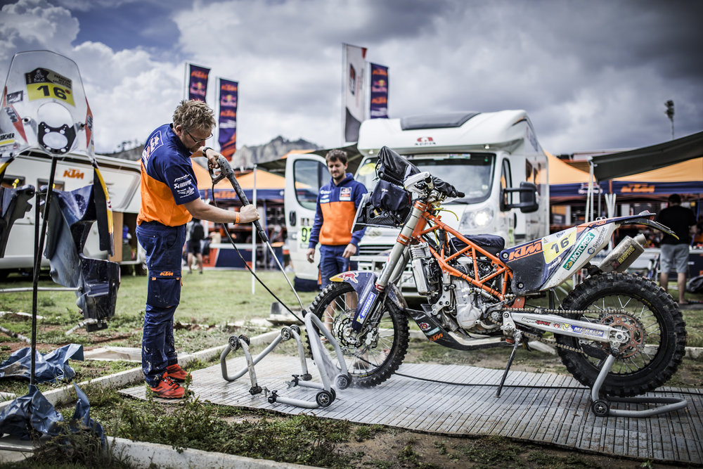 Mechanic Matthias Walkner KTM 450 RALLY Bivouac Dakar 2017-1.jpg