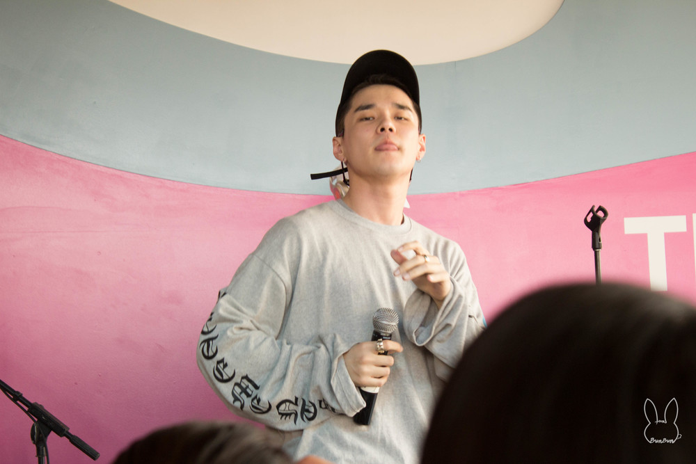 DΞΔN TRBL, otherwise known as Dean, had the first Asian act in the Spotify House.  He performed a short 20-min set. 1. 풀어 (Pour Up) - DΞΔN x ZICO 2. I'm Not Sorry - DΞΔN x Eric Bellinger 3. I Love It - DΞΔN x Dok2 4. Bonnie & Clyde - DΞΔN (from 130 Mood: TRBL, released on March 25, 2016)