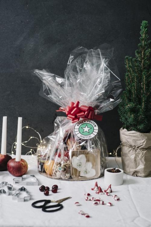 Innehåller bland annat festive stars shortbread, Edelpilz, Secallona, marmelad, Wyke Vintage cheddar, Langherino, Brillat Savarin och Croc Sec.   Pris:  395 kr