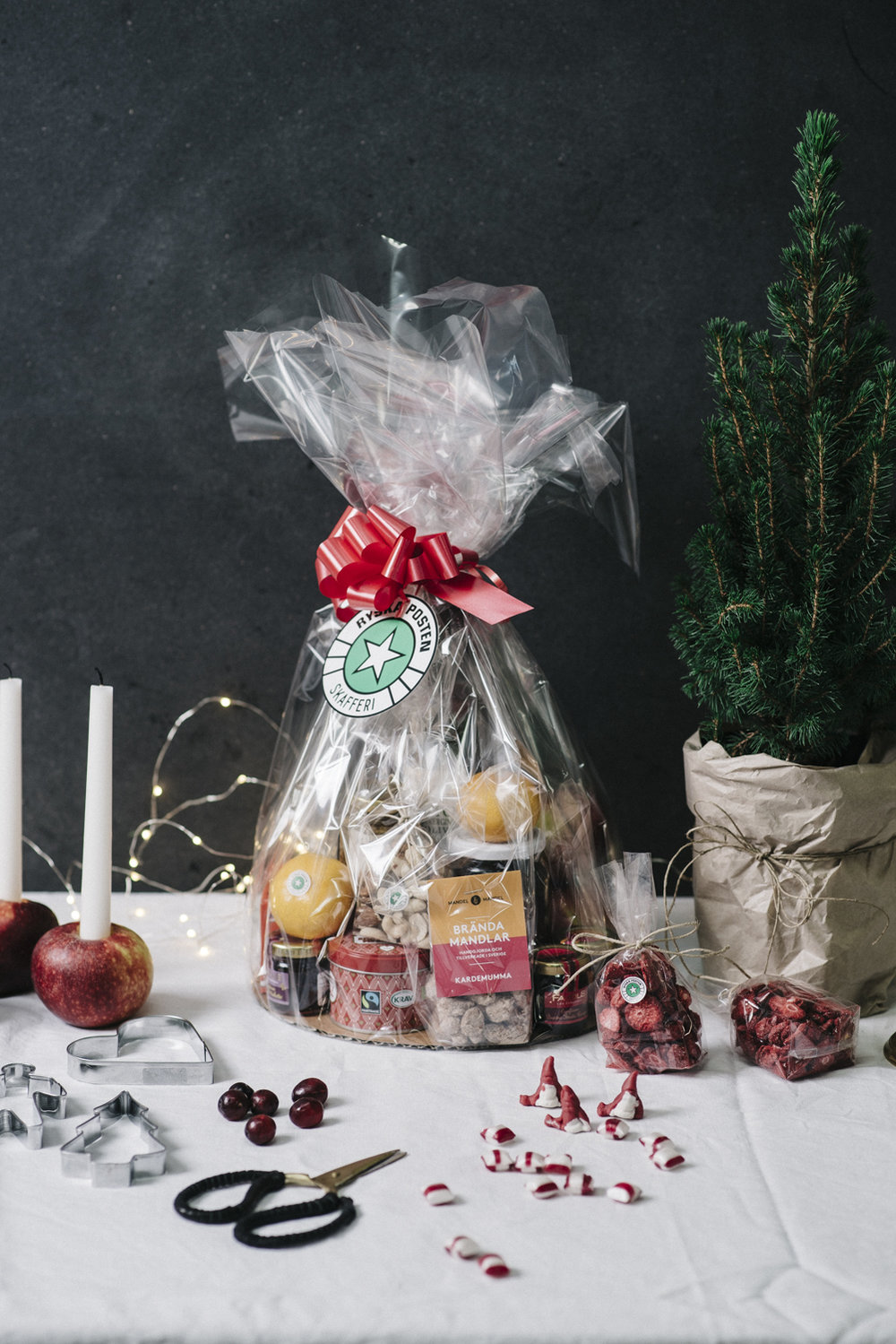 Det kylfria alternativet. Innehåller bland annat festive stars shortbread, olivolja, marmelad, luxury dinner mints, roka crispies parmesan, Croc sec, Secallona, torrsaltade oliver, Fuet och choklad Libeert.   Pris:  595 kr