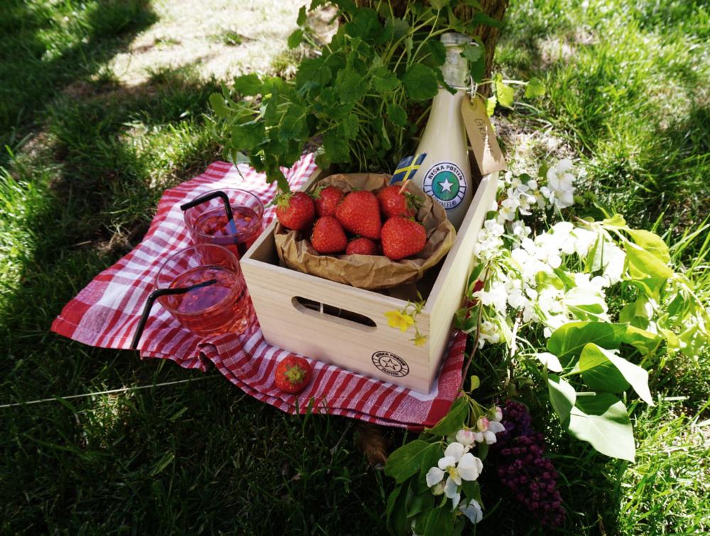 Glasflaska med grädde, färska jordgubbar och citronmeliss, 279 kr.