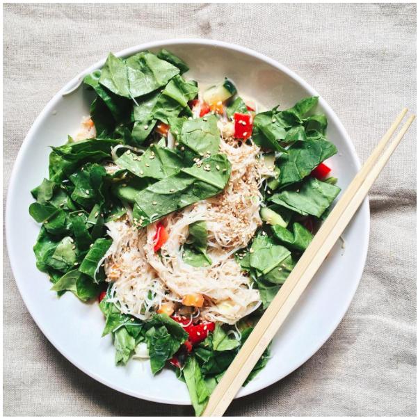 Spinat und Erdnuss-Sesam-Dressing