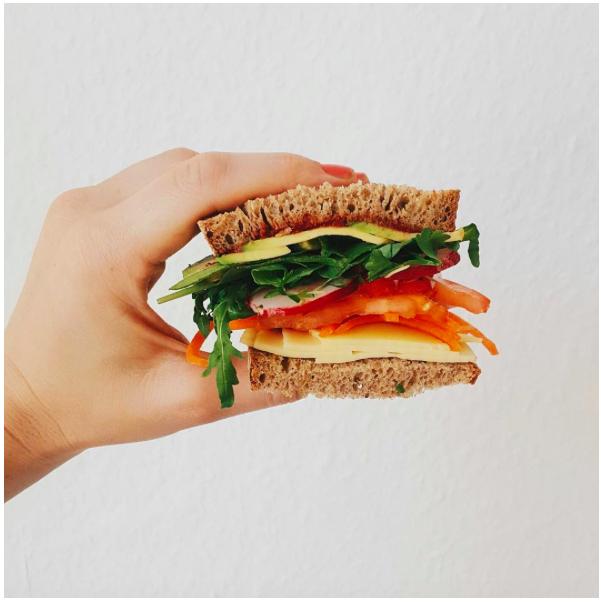 Schnittchen mit veganem Käse.
