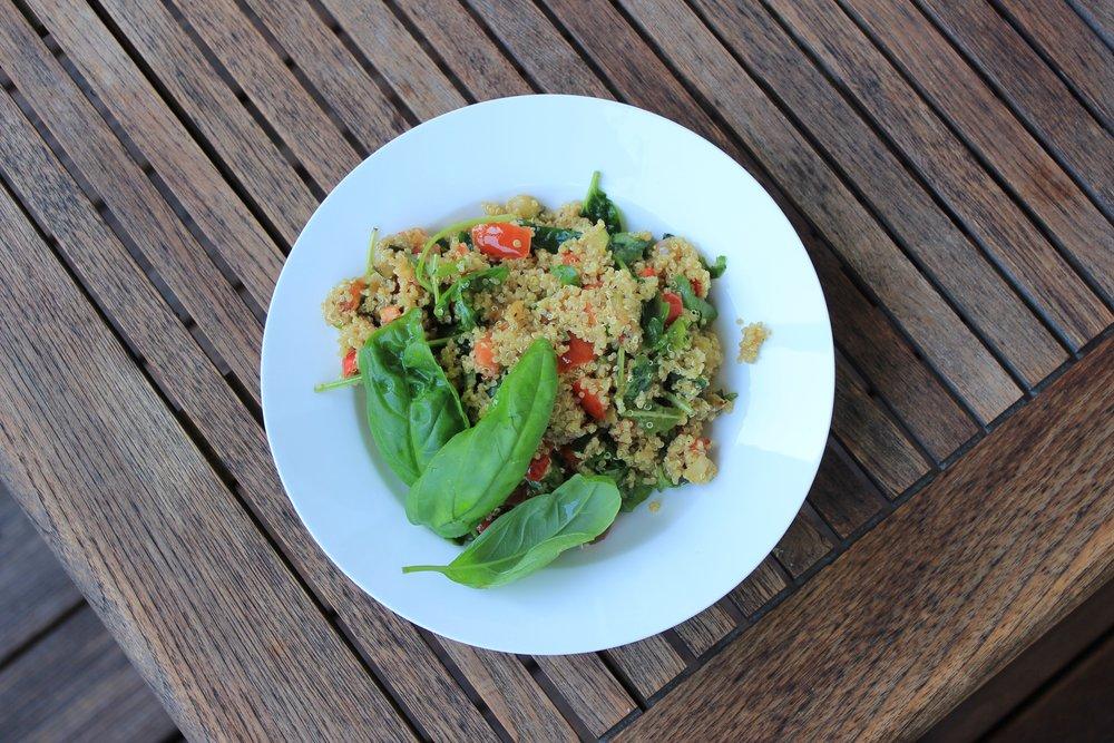 Quinoa Salat mit frischem Gemüse